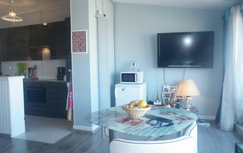 Location de vacances - Appartement à Le Touquet-Paris-Plage - La tv donc ...à droite la mer  l'appartement est très lumineux