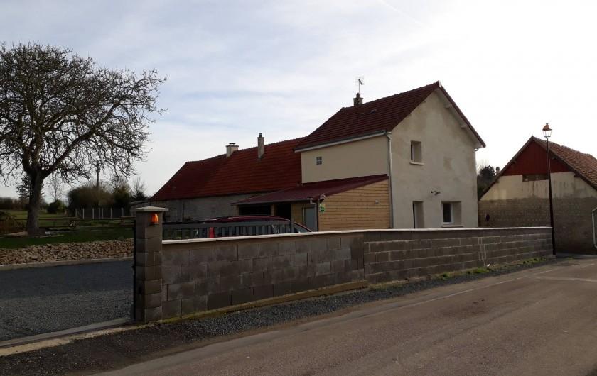 Location de vacances - Gîte à Liesville-sur-Douve - L'ENTRÉE DE LA COUR VUE DE LA ROUTE