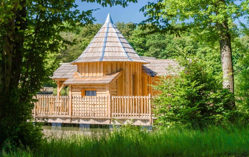 cabane flottante ou perch s avec spa avec vue magnifique. Black Bedroom Furniture Sets. Home Design Ideas