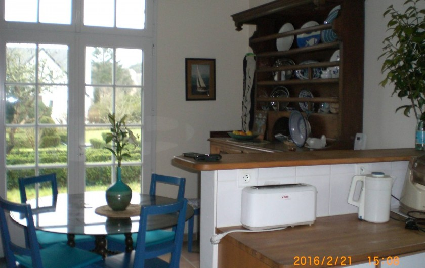 Location de vacances - Villa à Carnac - salle à manger donnant sur jardin. Exposition sud, grande porte fenêtre
