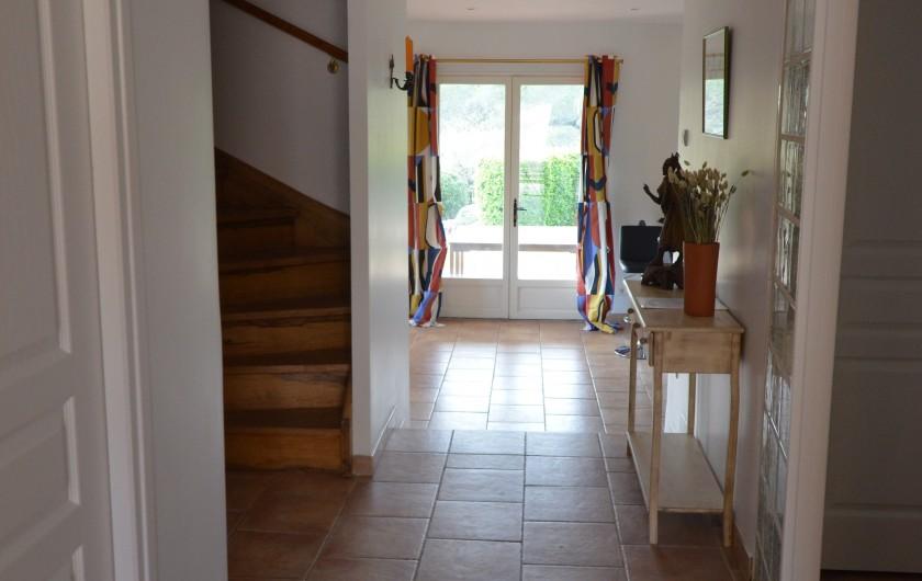 Location de vacances - Villa à Saint-Raphaël - cuisine équipée donnant sur le séjour et sur la loggia