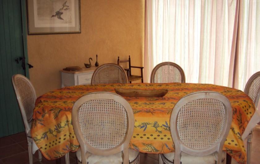Location de vacances - Villa à Saint-Raphaël - salle à manger avec chaise bébé