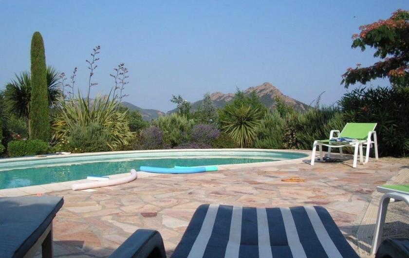 Location de vacances - Villa à Saint-Raphaël - piscine et vue sur le Rastel d'Agay