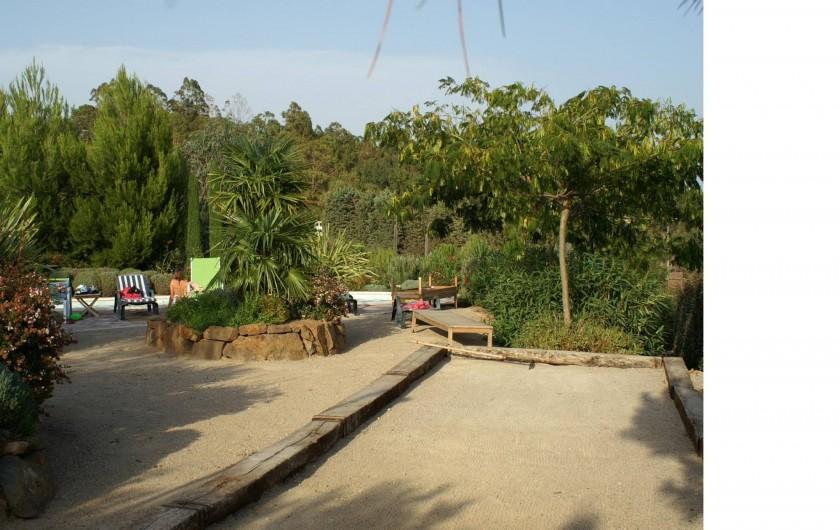 Location de vacances - Villa à Saint-Raphaël - jardin et boulodrome