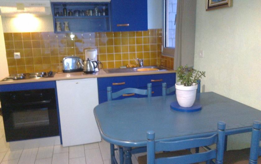 Location de vacances - Appartement à Perros-Guirec - coin cuisine  séjour vue mer