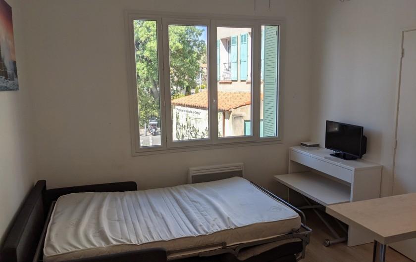 Location de vacances - Appartement à Cassis - lit du salon ouvert