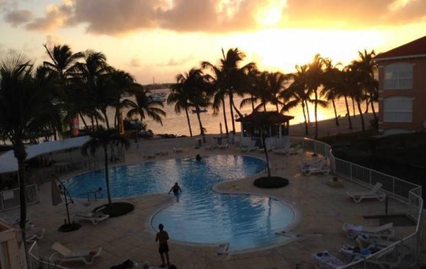 Location de vacances - Studio à Baie Nettlé - vue piscine et lagon de la ccuisine                     térrasse