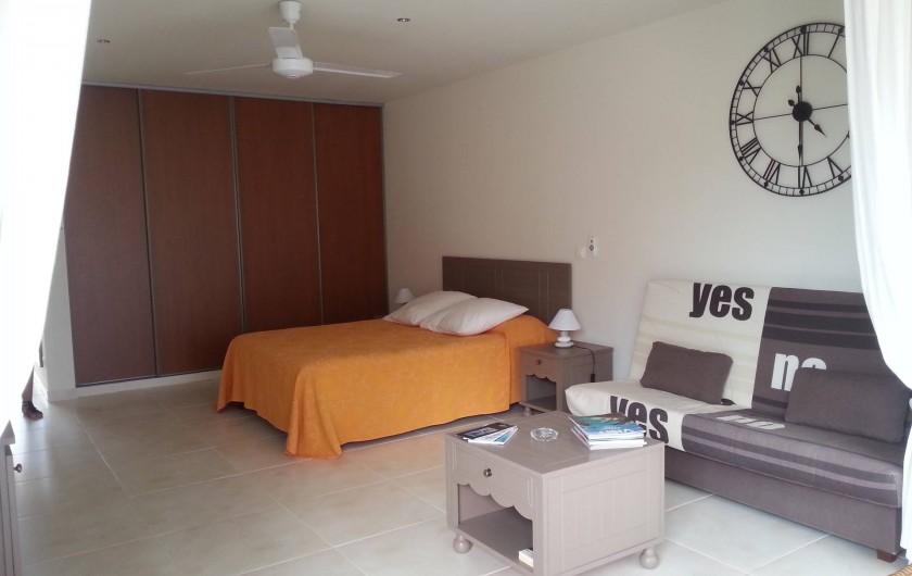 Location de vacances - Studio à Baie Nettlé - Très belle éspace chambre /salon avec grand lit, canapé et dréssing