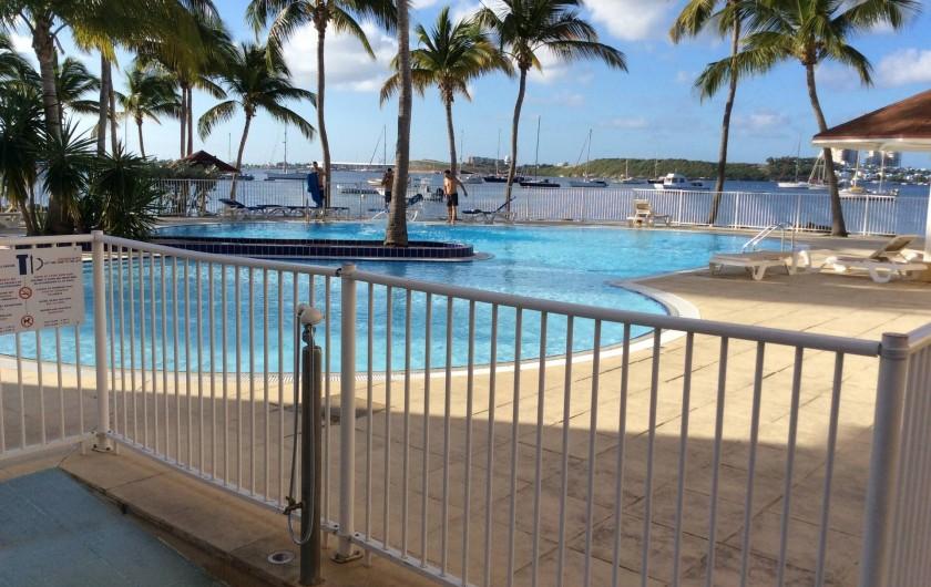 Location de vacances - Studio à Baie Nettlé - Vue de la grande piscine et le lagon
