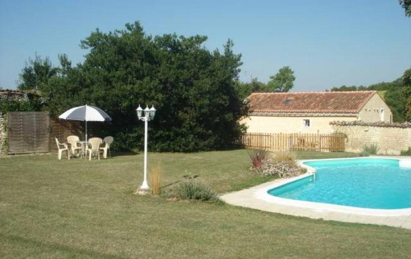 Location de vacances - Gîte à Neuvicq-le-Château - Jardin clos de murs charentais avec piscine privée