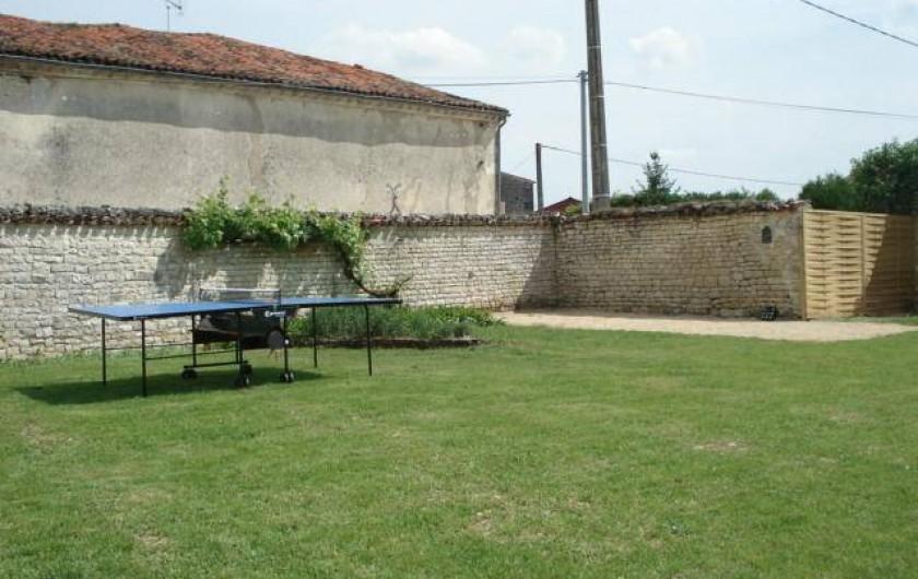 Location de vacances - Gîte à Neuvicq-le-Château - Table de ping pong et terrain de pétanque