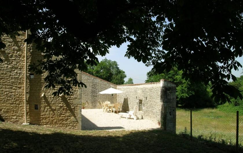 Location de vacances - Gîte à Neuvicq-le-Château - Vue sur le patio