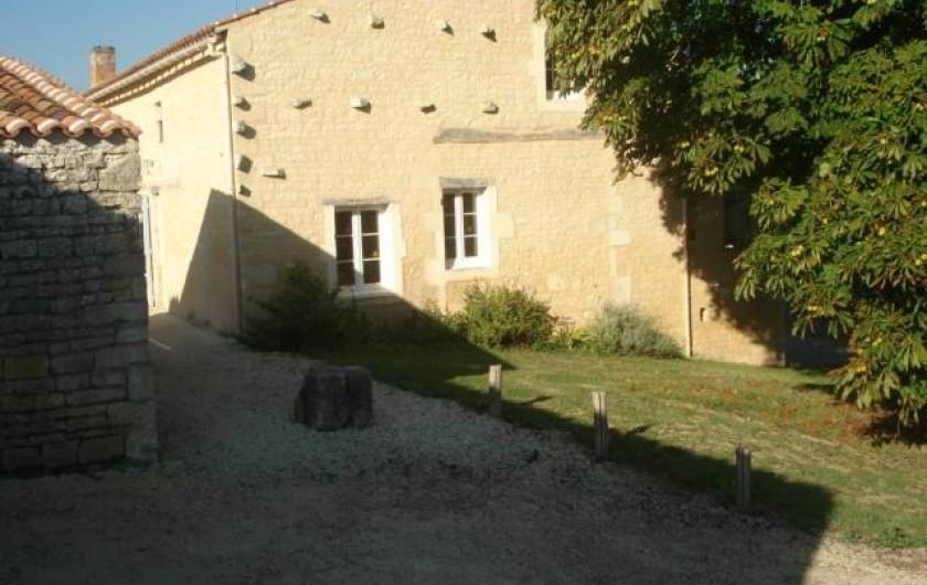 Location de vacances - Gîte à Neuvicq-le-Château - Parking et coté jardin sous le marronnier