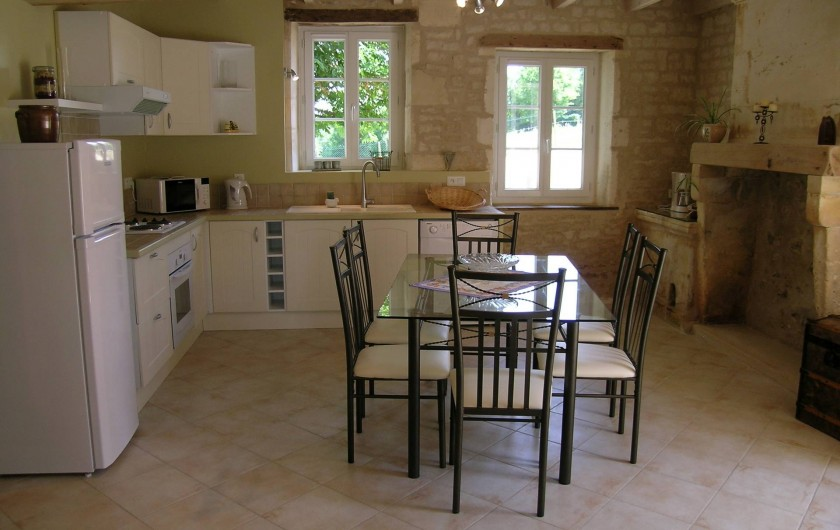 Location de vacances - Gîte à Neuvicq-le-Château - Cuisine, salla à manger