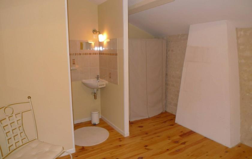 Location de vacances - Gîte à Neuvicq-le-Château - chambre 1 avec salle de douche