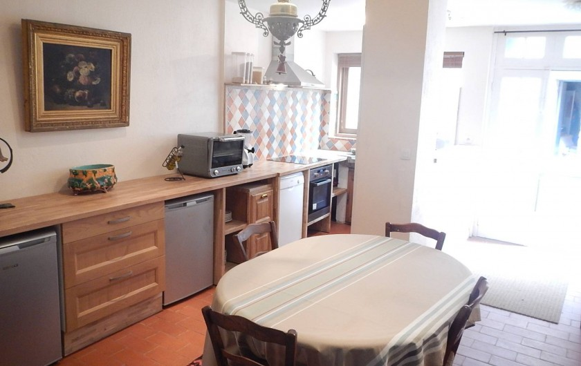 Location de vacances - Gîte à Lagrasse - Salle à monger et cuisine avec accès sur la cour.