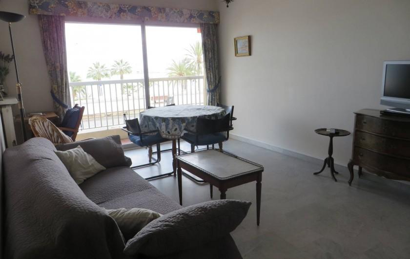 Location de vacances - Appartement à Menton - séjour avec coin repas et vue sur la mer