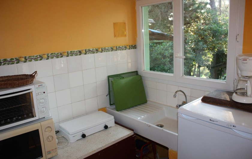 Location de vacances - Maison - Villa à Pietrosella - Petite cuisine équipée. Frigo, micro-ondes combiné, gazinière, rangements.