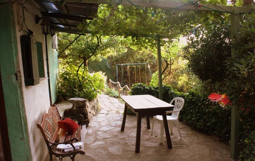 Location de vacances - Maison - Villa à Pietrosella - Nombreuses terrasses avec tables et  chaises..