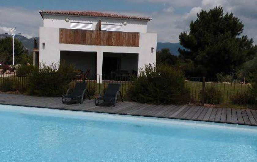 Location de vacances - Appartement à Porto-Vecchio - Piscine devant l'appartement, transats à disposition...