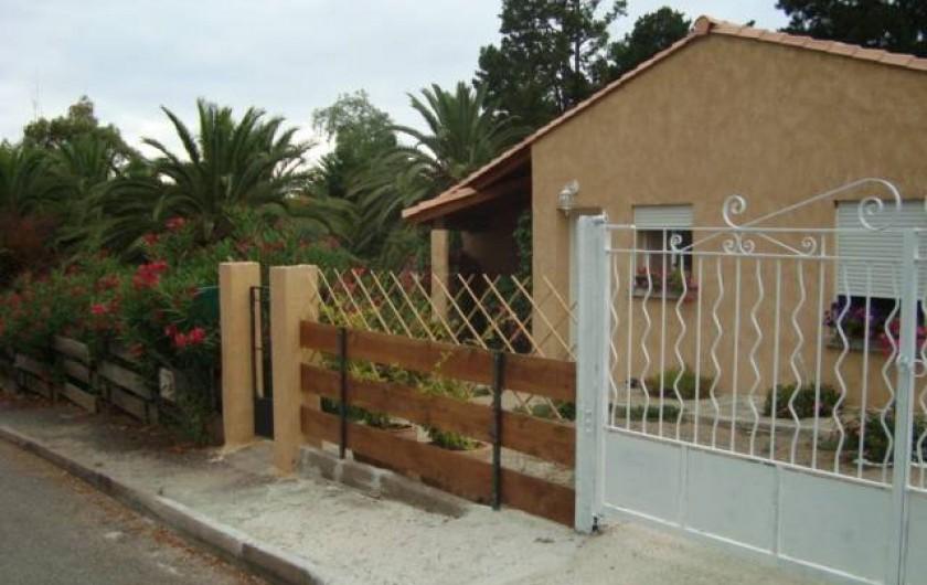 Location de vacances - Villa à Saint-Florent - entrée villa avec stationnement véhicule et bateau