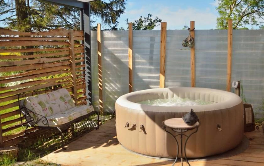 Location de vacances - Gîte à Marle - Gîtes des Chênes avec sont SPA en été.