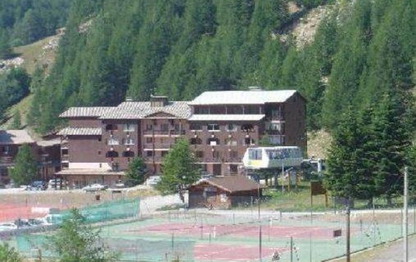 Location de vacances - Studio à La Foux d'Allos - l'immeuble l'été et les terrains de tennis