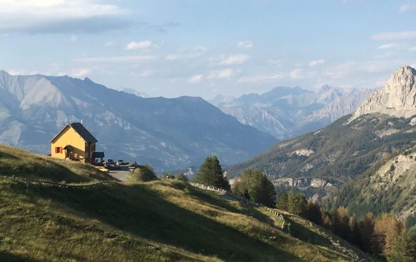 Location de vacances - Studio à La Foux d'Allos - Vue du Col d'Allos: le refuge et la vallée de l'Ubaye