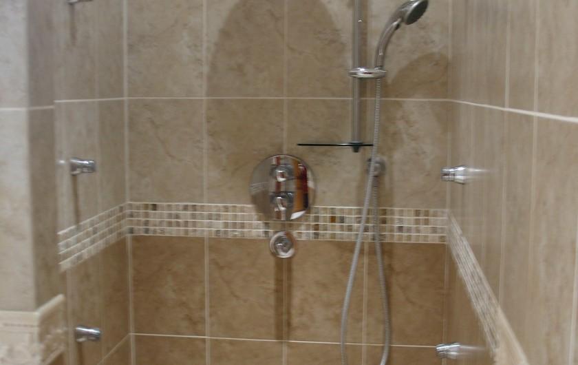 Location de vacances - Villa à Cannes - Douche hydrothérapie salle de bain étage