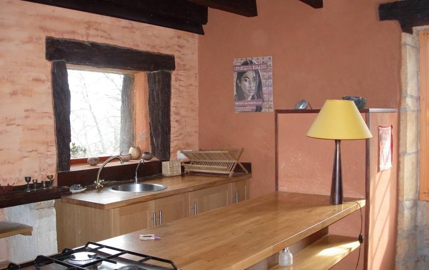 Location de vacances - Gîte à Aubas - Le coin cuisine au rez de chaussée, tout équipé fonctionnel et pratique.