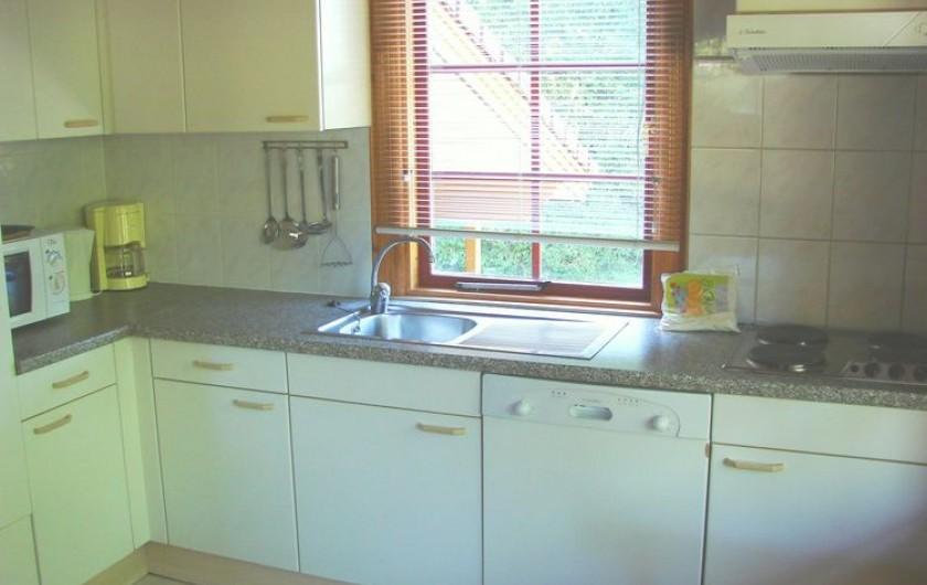 Location de vacances - Chalet à Mauroux - Cuisine avec lave-vaisselle et grand frigo