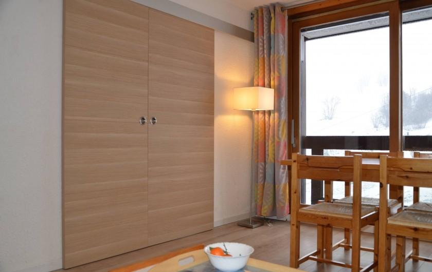 Location de vacances - Appartement à Le Corbier - séjour, chambre fermée