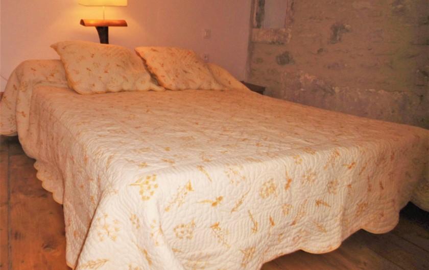 Location de vacances - Maison - Villa à Saint-Rémy-de-Provence - Le grand lit de la chambre mezzanine