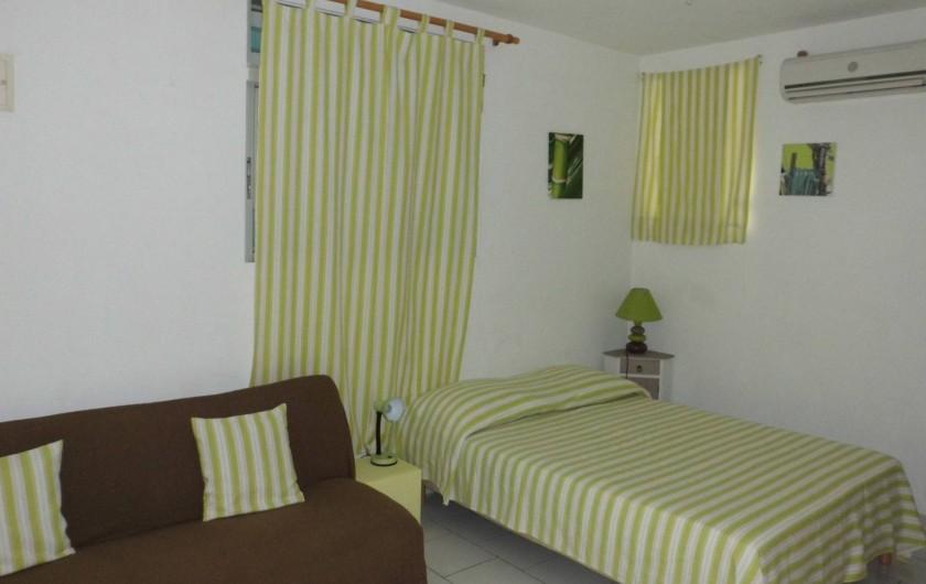 Location de vacances - Studio à Terre-de-Haut - la chambre et le lit d'apoint