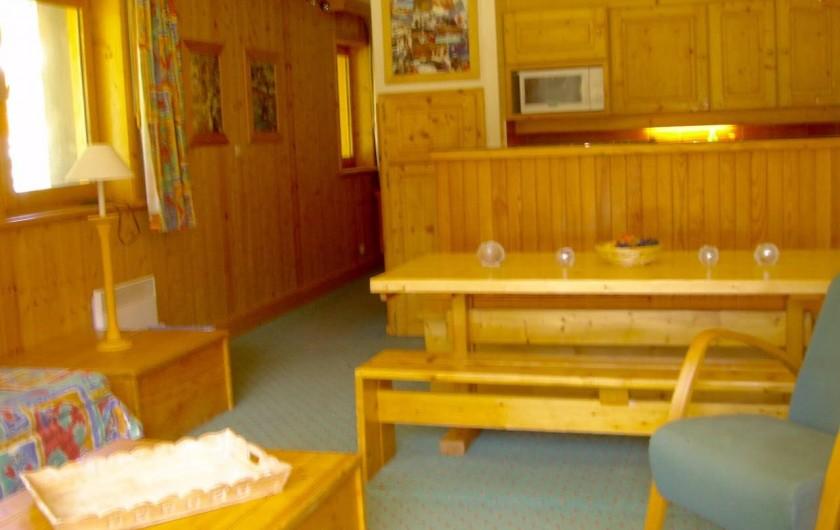 Location de vacances - Appartement à Méribel - Cuisine équipée avec Micro onde, plaques vitro, lave vaisselle
