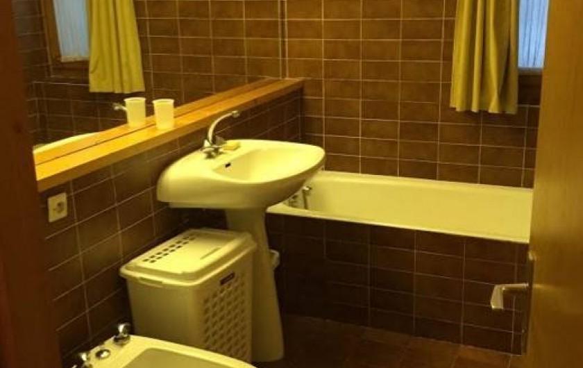 Location de vacances - Appartement à Méribel - Une salle de bain avec toilettes et il y a aussi un toilette séparé