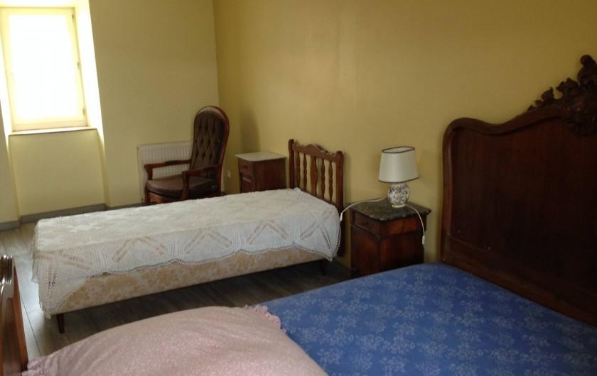 Location de vacances - Maison - Villa à Saint-Julien-Labrousse - à l'étage la chambre jaune un lit de 140 et un lit 1 place