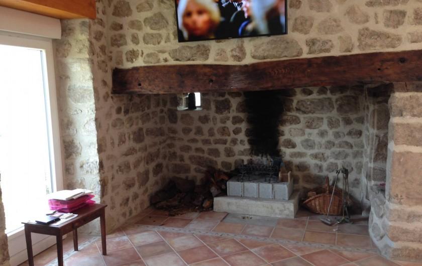 Location de vacances - Maison - Villa à Saint-Julien-Labrousse - dans la gde pièce de vie le coin cheminée