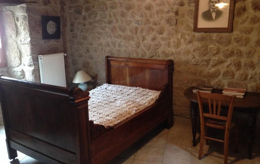 Location de vacances - Maison - Villa à Saint-Julien-Labrousse - en bas la chambre murs de pierre avec un lit de 130