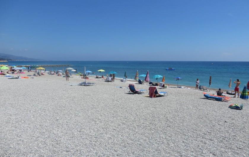 Location de vacances - Appartement à Menton - Plage du borrigo située à proximité de l'appartement. Menton compte 8 plages.