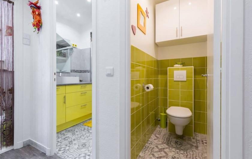 Location de vacances - Appartement à Menton - Toilettes avec WC suspendu. Armoire à produits ménagers et divers.