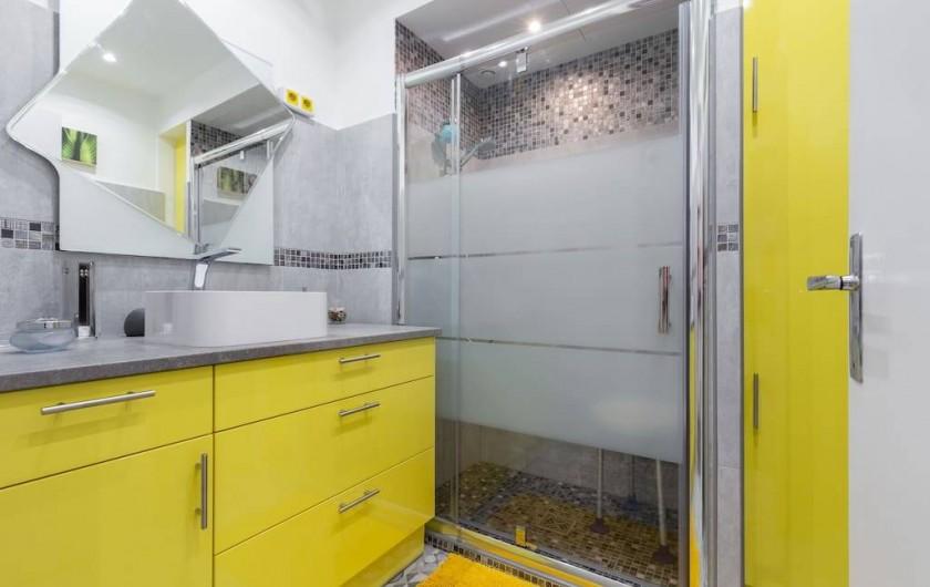 Location de vacances - Appartement à Menton - Salle de bains avec douche à l'italienne. Nombreux rangements. Prise rasoir.