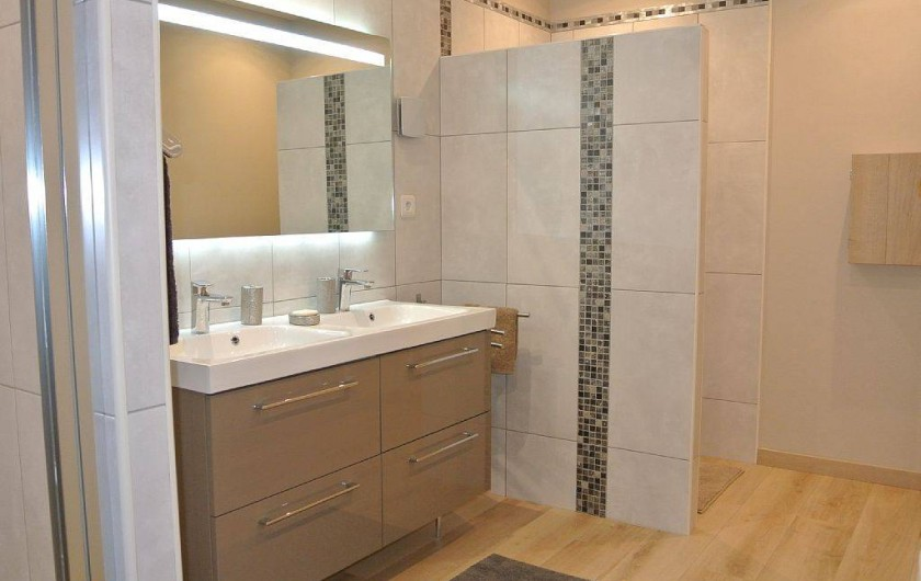 Location de vacances - Appartement à Caderousse - La salle de bain avec WC