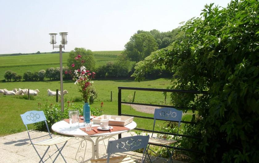 Location de vacances - Gîte à Widehem - Midi en terrasse ouverte sur la campagne et orientée est - sud - ouest