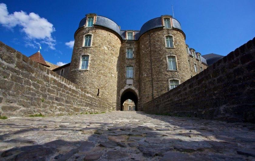 Location de vacances - Gîte à Widehem - Majesté de l'entrée du Château Comtal, Château Musée  de Boulogne