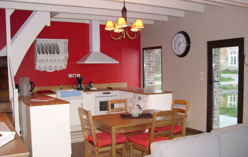 Location de vacances - Gîte à Widehem - Coin cuisine entièrement équipé et coin repas avec vue sur le plan d'eau