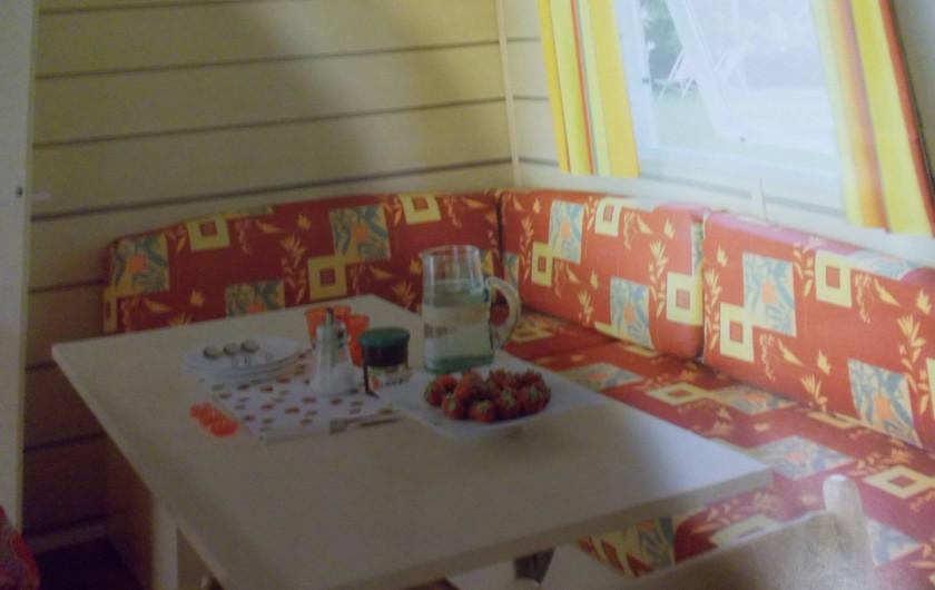 Location de vacances - Bungalow - Mobilhome à Saint-Aygulf - salle a manger