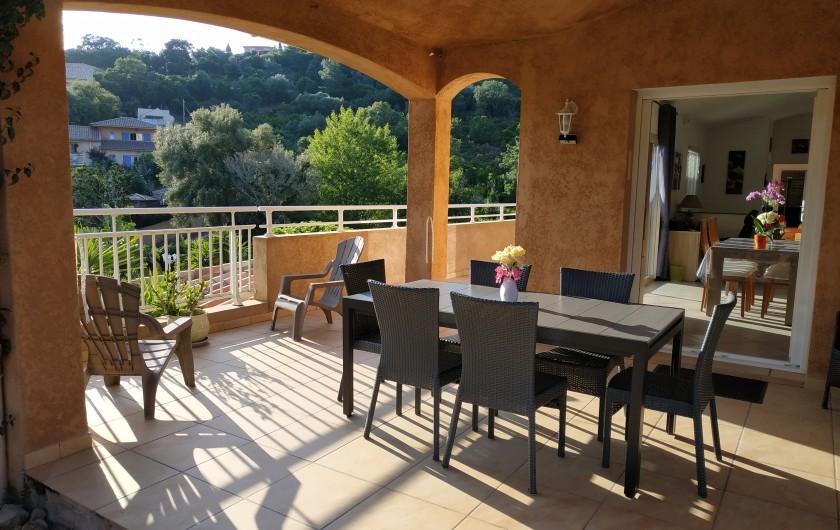 Location de vacances - Villa à Favone - Espace salle à manger et coin salon