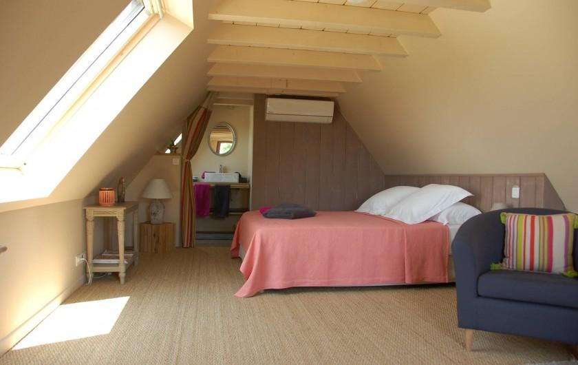 Location de vacances - Chambre d'hôtes à Mauzac-et-Grand-Castang - Chambre du haut  avec balcon terrasse privative  ,vue sur le jardin & piscine