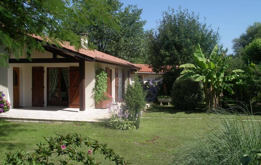 Location de vacances - Villa à Sanguinet - la deuxième terrasse et le garage